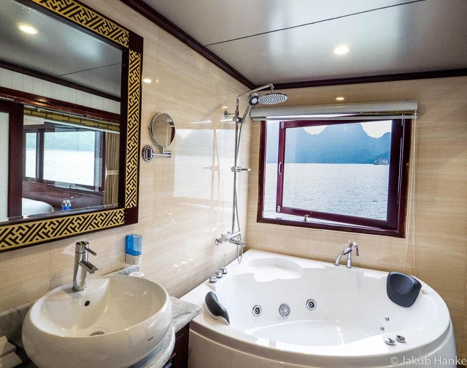 jacuzzi in Halong Silversea Cruise